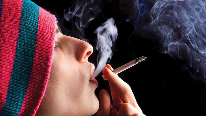 Курит синтетику