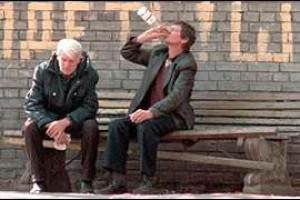 алкоголик в окружении